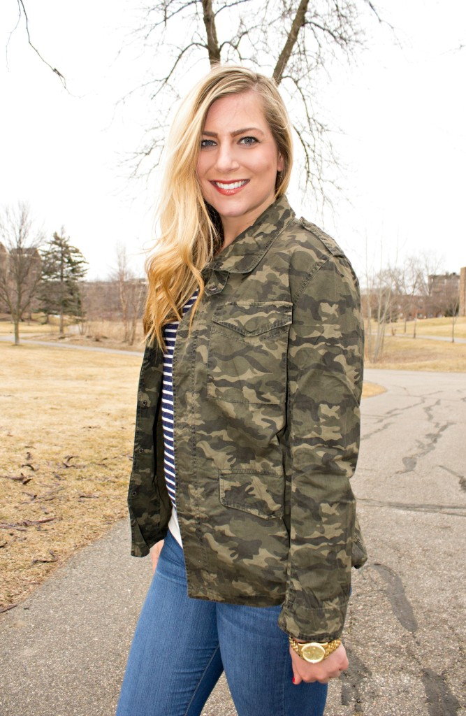 camo jacket and stripes casual style