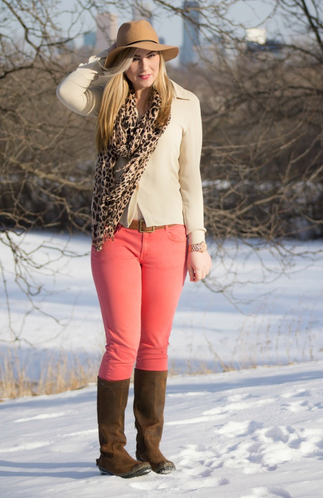 casual style felt fedora, leopard scarf and coral jeans
